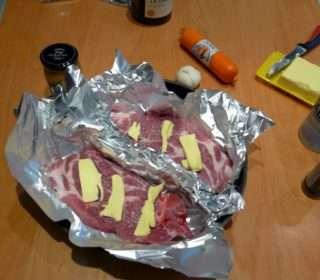Рецепта за Свински пържоли с топено сирене стъпка 2