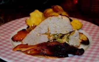 Печено свинско месо с праскови