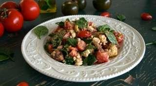 Рецепта за Салата от домати, спанак, авокадо и сирене стъпка 4