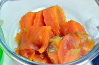 Рецепта за Пастет от пушена сьомга и крема сирене стъпка 1