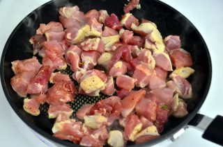 Рецепта за Свинско месо с ориз, гъби, целина и зелен фасул стъпка 2