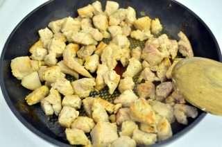 Рецепта за Свинско месо с ориз, гъби, целина и зелен фасул стъпка 3