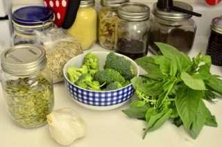 Рецепта за Спаначена паста с песто, броколи и скариди стъпка 1