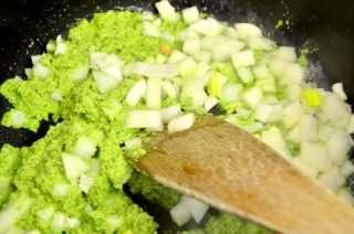 Рецепта за Спаначена паста с песто, броколи и скариди стъпка 3